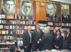 """Sa jučerašnje posete ministara knjižari """"Geca Kon"""" (Foto L. Adrović)"""